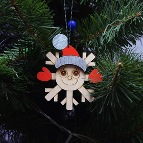 Ёлочная игрушка в виде снежинки в шапке и рукавичках на елке